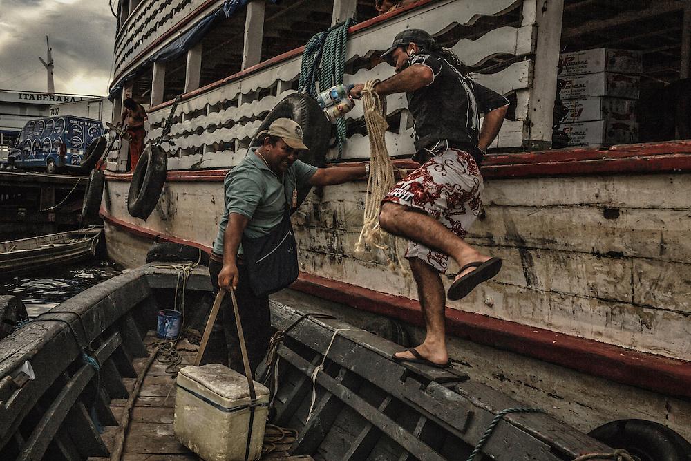 Brazil, Amazonas, rio Negro, Manaus. <br /> <br /> Quartier du port. Vendeurs ambulants.