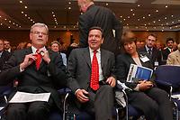 29 SEP 2003, BERLIN/GERMANY:<br /> Helmut Heinen (L), Praesident BDZV, Gerhard Schroeder (M), SPD, Bundeskanzler, und Dominique Alduy (R), Praesidentin der ENPA, European Newspaper Publishers Association und Director General Le Monde, Zeitungskongress des BDZV, Bund Deutscher Zeitungsverleger, Hotel Maritim<br /> IMAGE: 20030929-02-005<br /> KEYWORDS: Gerhard Schröder