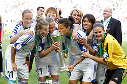 17.05.2014, Rhein-Energie Stadion, Koeln, GER, DFB Pokal, Frauen, 1. FFC Frankfurt vs SGS Essen, Finale, im Bild vl: Melanie Behringer (1. FFC Frankfurt #7), Simone Laudehr (1. FFC Frankfurt #11), Ana-Maria Crnogorceviz (1. FFC Frankfurt #21), Asuna Tanaka (1. FFC Frankfurt #24), Dzsenifer Marozsan (1. FFC Frankfurt #10), Kozue Ando (1. FFC Frankfurt #14) und Torfrau Desiree Schumann (1. FFC Frankfurt #1) kuessen den Pokal // during the woman DFB Pokal final match between 1. FFC Frankfurt and SGS Essen at the Rhein-Energie Stadion in Koeln, Germany on 2014/05/17. EXPA Pictures © 2014, PhotoCredit: EXPA/ Eibner-Pressefoto/ Schueler<br /> <br /> *****ATTENTION - OUT of GER*****
