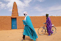 Niger. Agadez (Agades). Porte du desert. La Grande mosquee, architecture de terre. 16e siecle. // Niger. Agadez. Door of the desert. The Great Mosque build of mud, 16 century.