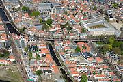 Nederland, Zuid-Holland, Leiden, 09-04-2014; centrum Leiden met vlnr Kaiserstraat, Vliet en Douzastraat. Midden  Rapenburg, Pieterskerk boven in beeld, rechts Kamerlingh Onnesgebouw..<br /> Schoolplein basisschool met zonnepanelen.<br /> Old town and heart of the city of Leiden with old church (Pieterskerk) and canals. University buildings.<br /> luchtfoto (toeslag op standard tarieven);<br /> aerial photo (additional fee required);<br /> copyright foto/photo Siebe Swart