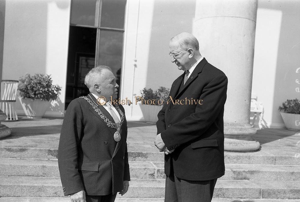 15/7/1964<br /> 07/15/1964<br /> 15 July 1964<br /> <br /> Lord Mayor of Cork Gus Healy meets President Éamon de Valera at Áras an Uachtarain