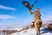 Mongolie, province de Bayan-Olgii, Seil Habi, chasseur à l'aigle Kazakh avec son aigle royal dans les monts Altai// Mongolia, Bayan-Olgii province, Seil habi, Kazakh eagle hunter with his Golden Eagle in Altai mountains