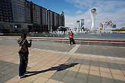 The Baiterek (r.) is the New Astana's main symbol and landmark.