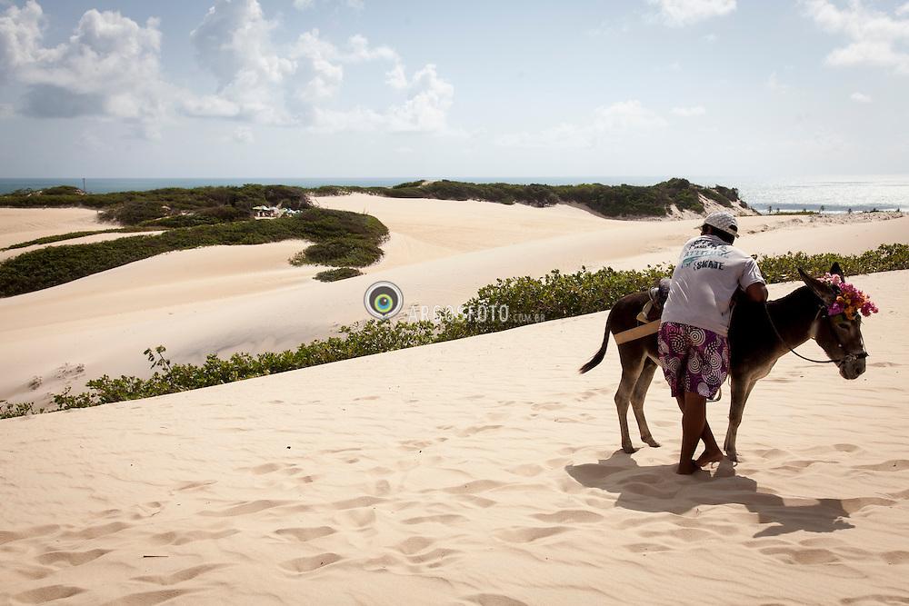 Homem e seu jegue em Dunas de natal/ Man and his donkey in Natal Dunes. Rio Grande do Norte, Brasil - 2013