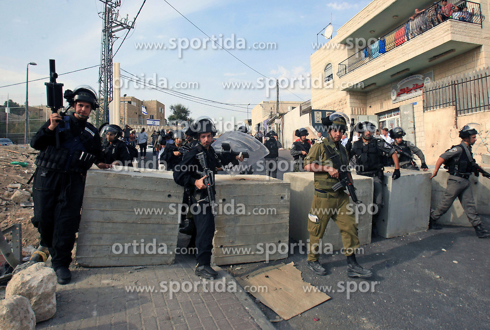 19.10.2015, Jerusalem, ISR, Gewalt zwischen Pal&auml;stinensern und Israelis, im Bild Kontrollen der Israelischen Sicherheitskr&auml;fte im Pal&auml;stinenser Gebiet // Israeli border policemen patrol the roads in Jerusalem neighborhood of Jabal al-Mokaber on October 19, 2015. Israeli police began erecting a wall in east Jerusalem to protect a Jewish neighbourhood subject to firebomb and stone attacks launched from an adjacent Palestinian village, Israel on 2015/10/19. EXPA Pictures &copy; 2015, PhotoCredit: EXPA/ APAimages/ Mahfouz Abu Turk<br /> <br /> *****ATTENTION - for AUT, GER, SUI, ITA, POL, CRO, SRB only*****