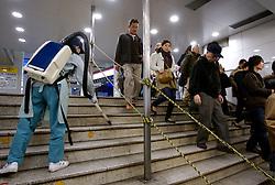 Funcinário faz a limpeza diária na Shibuya Station, estação da linha do metrô de Tókio. FOTO: Jefferson Bernardes/Preview.com