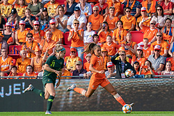 01-06-2019 NED: Netherlands - Australia, Eindhoven<br /> <br /> Friendly match in Philips stadion Eindhoven. Netherlands win 3-0 / Ellie Carpenter #21 of Australia, Lieke Martens #11 of The Netherlands