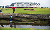 CARNOUSTIE Schotland - Vissen met ballenvanger door caddie in Rivier The Barry Burn voor de green van hole 18.  Carnoustie Golf Links. COPYRIGHT KOEN SUYK