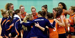 30-12-2015 NED: Nederland - Belgie, Almelo<br /> Op het 25 jaar Topvolleybal Almelo spelen Nederland en Belgie een oefen interland ter voorbereiding op het OKT dat maandag in Ankara begint. Nederland wint overtuigend met 3-1 / Maret Balkestein-Grothues #6, Myrthe Schoot #9, Celeste Plak #4, Femke Stoltenborg #2, Judith Pietersen #8