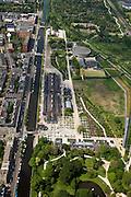 Nederland, Amsterdam, Westerpark, 25-05-2010. Overzicht Cultuurpark Westergasfabriek. Onder het Stadsdeelkantoor, linksonder de gebouwen   Zuiveringshal, Ketelhuis en Machingebouw. Midden het park (architecte Kathryn Gustafson), met de voormalige gashouder. .Het ernstige vervuilde terrein is gesaneerd de voormalige fabrieksgebouwen hebben een culturele bestemming gekregen, het terrein wordt gebruikt voor manifestaties, tentoonstelling, expositie, cultuur, industrieel en cultureel erfgoed: cultuurpark. .Overview Culture Park Westergasfabriek. Bottom the council offices and the buildings Zuiveringshal, Ketelhuis and Machingebouw . Middle the park with the former gasometer..The former industrial buildings have a cultural destination, the site is used for events, exhibitions, cultural manifestations: culture park..luchtfoto (toeslag), aerial photo (additional fee required).foto/photo Siebe Swart