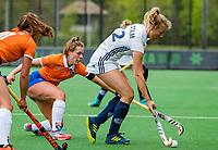 BLOEMENDAAL -    Anouk Stam (Pin) met Myrthe van Kesteren (Bldaal)  , Libera hoofdklasse hockey Bloemendaal-Pinoke (0-0). COPYRIGHT KOEN SUYK
