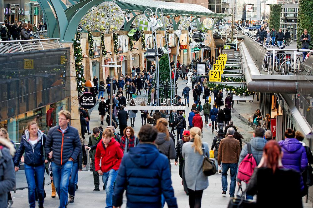 ROTTERDAM - drukte in de winkelstraten , Kerstinkopen Kerst inkopen shoppen centrum Rotterdam   drukte in de koopgoot  drukte  economie COPYRIGHT ROBIN UTRECHT