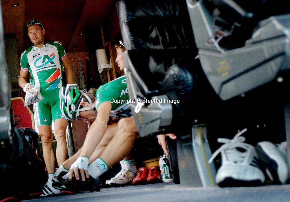 Nantes, 20080707.  TOUR DE FRANCE. Thor Hushovd fotografert i bussen før den 3.etappen i Tour de France. Her er klokken 11:41...Foto: Daniel Sannum Lauten/Dagbladet
