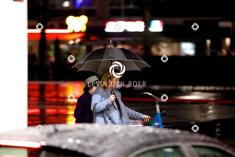ROTTERDAM - Angela Groothuizen in het centrum van Rotterdam met haar buurjongen Goos. FOTO LEVIN DEN BOER - PERSFOTO.NU