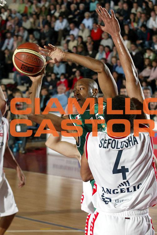 DESCRIZIONE : Biella Lega A1 2005-06 Angelico Biella Montepaschi Siena <br />GIOCATORE : Woodward<br />SQUADRA : Montepaschi Siena<br />EVENTO : Campionato Lega A1 2005-2006<br />GARA : Angelico Biella Montepaschi Siena<br />DATA : 05/02/2006<br />CATEGORIA : Passaggio<br />SPORT : Pallacanestro<br />AUTORE : Agenzia Ciamillo-Castoria/S.Ceretti