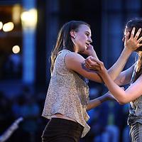Nederland. Amsterdam. 16 augustus 2013.<br /> Grachtenfestival.<br /> Danseressen Yeli Beurskens en Anna Fransen.