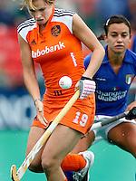 Ellen Hoog (l)  houdt de bal onder controle. De Italiaanse Matilde Canavosio kijkt toe.