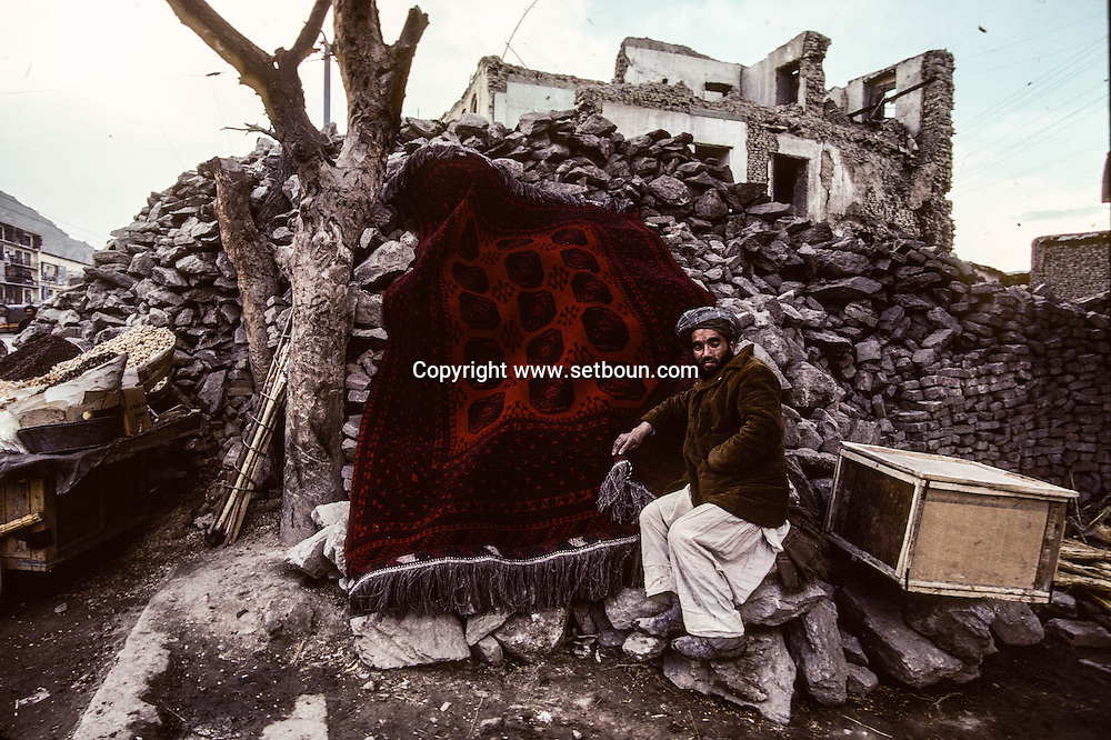 Afghanistan. the street of the old city of  Kabul  Afghanistan   / people are living in the ruins /  les ruelles du  vieux kaboul medieval  à Kaboul  Kaboul  Afghanistan  /  56808