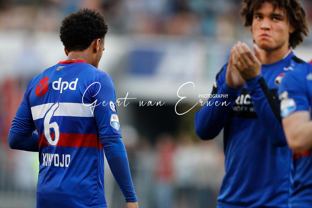 09-04-2017 VOETBAL:PSV-WILLEM II:EINDHOVEN<br /> Funso Ojo van Willem II bedankt de supporters<br /> <br /> Foto: Geert van Erven