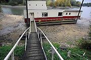 Nederland, De Steeg, 29-9-2009het lage water in de Rijn, Waal en IJssel heeft vele woonbootbewoners in de problemen gebracht.Foto: Flip Franssen/Hollandse Hoogte