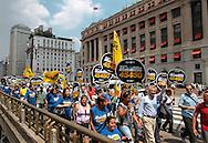 Andrea Matarazzo participa de caminhada com apoiadores pelo Centro de São Paulo.