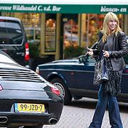 NLD/Laren/20110813 - Linda de Mol stapt in haar Porche na winkelen in Laren NH