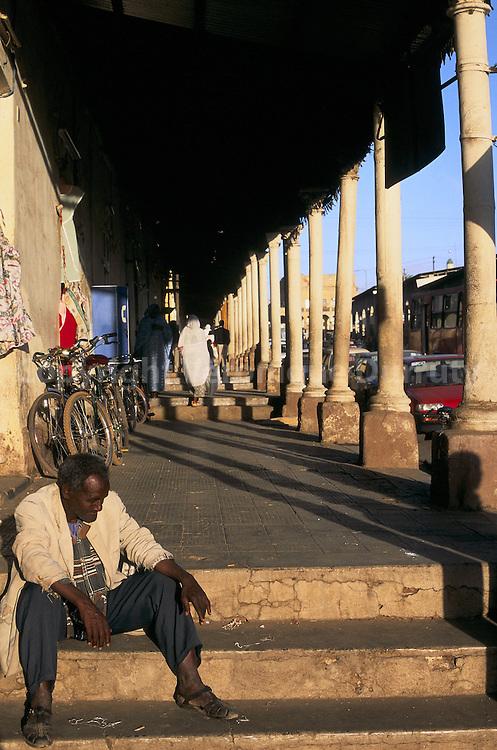 """Street scene in Asmara, Eritrea : colonial architecture // Aslara est la capitale et la plus grande ville de l'Érythrée. Sa population est d'environ 500 000 habitants. Asmara se forma à partir de quatre villages au XIIe siècle comme relais. Elle devint plus tard la capitale du prince Ras Alula. Elle fut colonisée par l'Italie en 1889 et devint la capitale nationale en 1897. Vers la fin des années 30, les italiens modifièrent profondément la ville avec un nouvel ordonnancement et de nouveaux bâtiments; Asmara était appelée """"Piccola Roma"""" (la petite Rome). De nos jours, la plupart des bâtiments sont d'origine italienne."""