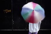 Love-tag in clumsy english on a black Wall with umbrella; Liebesbeweis auf Schwarzer Wand mit drehendem Regenschirm. Déclaration d'amour en anglais rudimentaire avec parapluie. Venise. © Romano P. Riedo