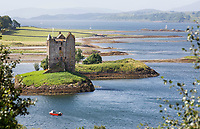 OBAN - SCHOTLAND -Stalker Castle . Castle Stalker is een middeleeuwse donjon met vier verdiepingen aan de westkust van Schotland, veertig kilometer ten noorden van Oban. De pittoreske vesting is geheel omsloten door het water van Loch Laich, een inham van Loch Linnhe.  COPYRIGHT KOEN SUYK