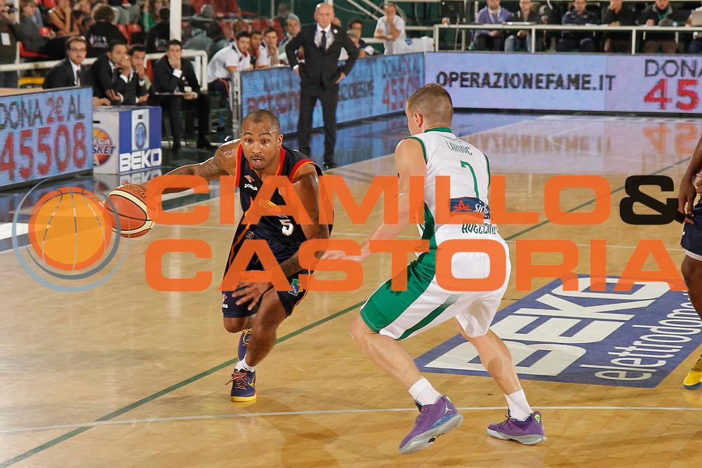 DESCRIZIONE : Avellino Lega A 2013-14 Sidigas Avellino Acea Virtus Roma<br /> GIOCATORE : Phil Goss<br /> CATEGORIA : palleggio<br /> SQUADRA : Acea Virtus Roma<br /> EVENTO : Campionato Lega A 2013-2014<br /> GARA : Sidigas Avellino Acea Virtus Roma<br /> DATA : 27/10/2013<br /> SPORT : Pallacanestro <br /> AUTORE : Agenzia Ciamillo-Castoria/A. De Lise<br /> Galleria : Lega Basket A 2013-2014  <br /> Fotonotizia : Avellino Lega A 2013-14 Sidigas Avellino Sidigas Avellino Acea Virtus Roma
