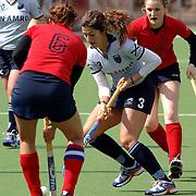 NLD/Laren/20060409 -  Hockey, hoofdklasse dames, Laren - Nijmegen, Vanina Raimundo (3) in duel met Nijmegen aanvoerder Jakolien van Eijk (6)