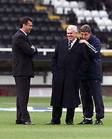 Fotball, Leeds manager David O'Leary shares a joke with coach Brian Kidd (right) and chairman Peter Ridsdale (centre).