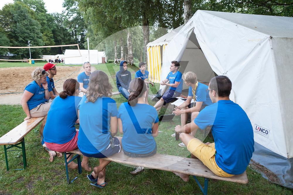 DEUTSCHLAND - MARKELFINGEN - Teambesprechung am internationalen BodenseeCamp - 25. Juli 2014 © Raphael Hünerfauth - http://huenerfauth.ch