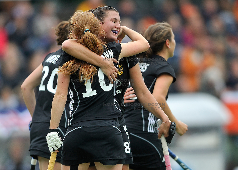 25-06-2011 HOCKEY: CHAMPIONS TROPHY GERMANY - NEW ZEALAND: AMSTELVEEN<br /> (L-R) Julia Muller scores the 1-0 and celebrate this with Nina Hasselmann<br /> &copy;2011-FotoHoogendoorn.nl