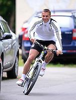 FUSSBALL INTERNATIONAL  EURO 2012   07.06.2012  Training der Deutschen Nationalmannschaft in Danzig Lukas Podolski (Deutschland) kommt mit dem Fahrrad zum Training