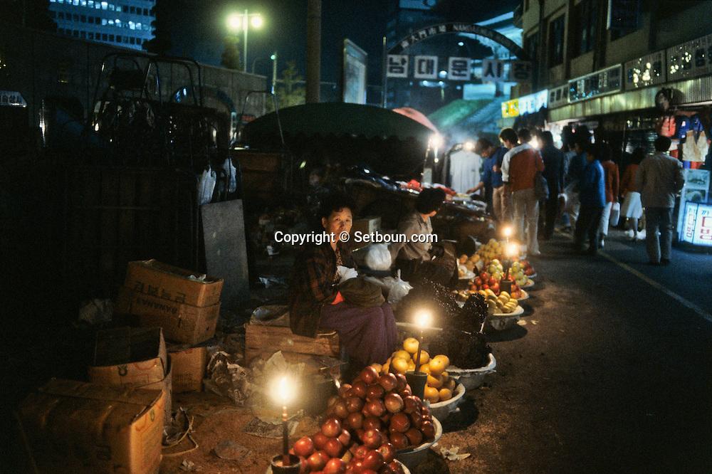 At night, the market at the south gate (Nam Dae Mun gate). Le marche de la Porte du Sud la nuit; (Nam Dae Mun gate) ///    L2760  /  R00030  /  P0003367