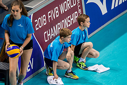 28-05-2017 NED: 2018 FIVB Volleyball World Championship qualification day 5, Apeldoorn<br /> Nederland - Slowakije / Ballenkinderen, quick sweepers