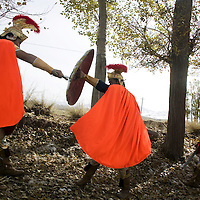 """LIQIAN : Provinzler  aus der Umgebung von Yongchang, die als Roemer verkleidet sind,  """"kaempfen """" in einem Waeldchen."""