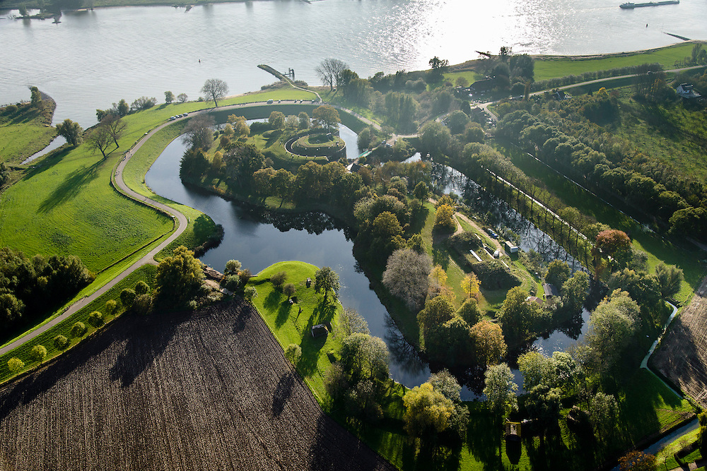 Nederland, Gelderland, Gemeente Lingewaal, 28-10-2014; Fort Vuren, gelegen aan de Waal. Onderdeel Nieuwe Hollandse Waterlinie. Eigendom Staatsbosbeheer.<br /> Fort Vuren at river Waal, part of the New Dutch Waterline.<br /> luchtfoto (toeslag op standard tarieven); aerial photo (additional fee required); copyright foto/photo Siebe Swart