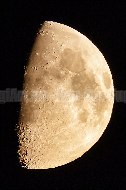 The moon captured yesterday evening just before it set | Månen fotografert i går kveld like før den gikk ned.