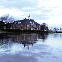 fotografie frank uijlenbroek@frank uijlenbroek.991227 ommen ned.het water van de rivieren stijgt weer en Ommen wat altijd al last heeft van hoog water in de winter laat zich weer van zijn natste zijde zien..op foto links hervormde kerktoren en in het midden het voormalige gemeentehuis
