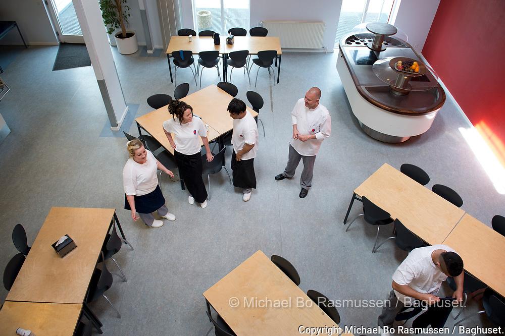 TAMU Aalborg skolen. Køkkenet. Faglærer Mads Hensen med elever. Foto: © Michael Bo Rasmussen / Baghuset. Dato: 22.05.12