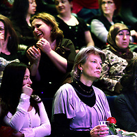 Nederland, amsterdam , 6 maart 2011..Wethouder Andree van Es luistert geemotioneerd naar Turkse zangeres Ozlem Ozdil tijdens de vrouwendagviering in podium Mozaiek.Foto:Jean-Pierre Jans