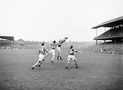 Neg No: 285/4014-4020...23081953AISFCSF.23.08.1953..All Ireland Senior Football Championship - Semi-Final...Kerry.3-6.Louth.0-10.......
