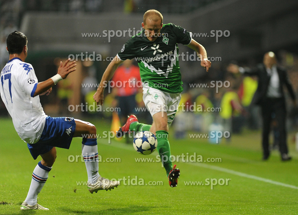 18.08.2010, Weserstadion, Bremen, GER, CL Qualifikation, Werder Bremen vs Sampdoria Genua, im Bild Franco Semioli (Genua #77, links), Petri Pasanen (Bremen #3, rechts)   EXPA Pictures © 2010, PhotoCredit: EXPA/ nph/  Frisch+++++ ATTENTION - OUT OF GER +++++ / SPORTIDA PHOTO AGENCY