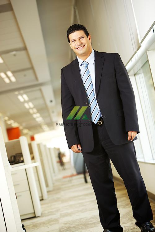 Michel Chamlati Salem, nacio en la Ciudad de Mexico. El Sr. Chamlati ingreso a American Express en 1994, iniciando sus labores como Especialista en el area de Legal. Posteriormente fue promovido al puesto de Gerente Legal en 1998, en enero del 2001 fue promovido al puesto de Director del area de Legal, y muy recientemente fue promovido a Vicepresidente Legal, puesto que actualmente ocupa. Anteriormente, el Lic. Chamlati trabajo en la firma de abogados Berckman y Asociados, S.C por un periodo de cuatro anos. Es Licenciado en Derecho por el Instituto Tecnologico Autonomo de Mexico (ITAM) y ha cursado cinco Postgrados en Derecho en la Universidad Panamericana, en las materias de Derecho Civil, Derecho Mercantil, Derecho Penal, Derecho Economico y Corporativo y Derecho del Sistema Financiero.