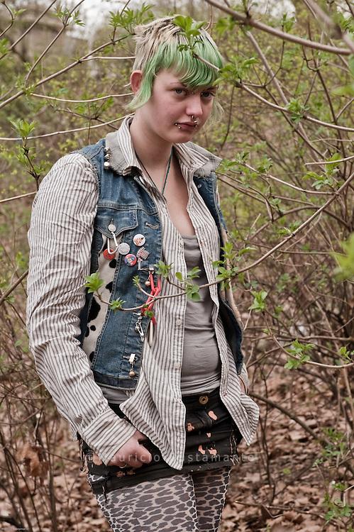 Unter der Kersten-Miles-Brücke wohnt seit Monaten eine Gruppe obdachloser Punks. Zu Besuch bei den Jugendlichen. Asi hat schon vergangenen Sommer unter der Brücke Platte gemacht, seit Anfang März lebt sie mit ihrem Freund Tsecke wieder hier.