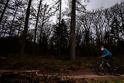 Bij Lage Vuursche rijden mountainbikers mee met het off-road fietsevenement Where The Streets Have No Name.<br /> <br /> Mountain bikers ride at the trails during the off-road bike festival Where The Streets Have No Name near Lage Vuursche.