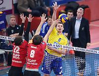 Volleyball 1. Bundesliga Saison 2016/2017  28.12.2016 TV Rottenburg - VfB Friedrichshafen Michal Finger (re,  VfB Friedrichshafen) gegen Felix Isaak (Mitte, TV Rottenburg) und Phillip Trenkler (li, TV Rottenburg)